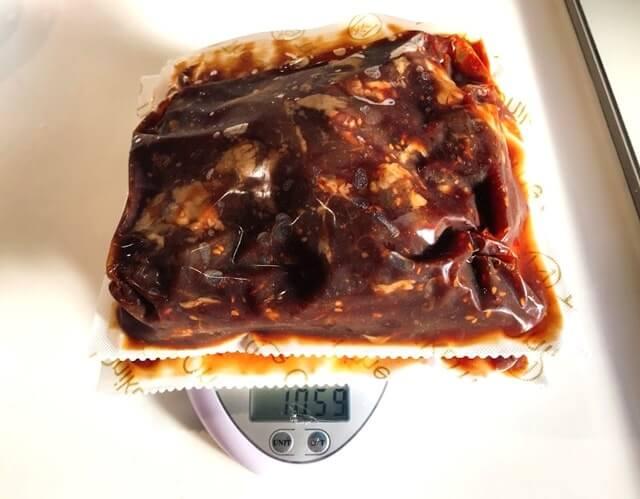 通販でお取り寄せした『極旨秘伝のタレ漬け牛ハラミ1kg』を計量