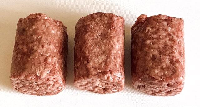 『そのまんま肉バーグ』をまな板に並べる