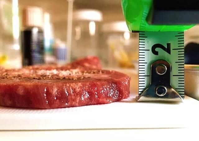 通販でお取り寄せした『肉卸のこだわり厚切り牛タン1kg』の厚みを計測