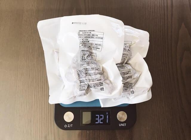 通販でお取り寄せした『鶏の炭火焼 100g×3セット』を計量