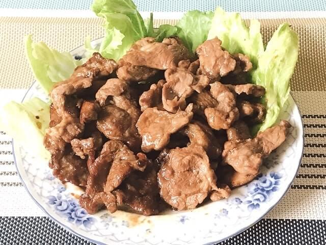 肉のいわまの『生ラム肉 肩ロースジンギスカン500g』を盛り付け