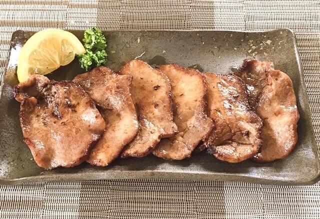 食べてっ亭の『仙台塩仕込み牛タン200g』を盛り付け