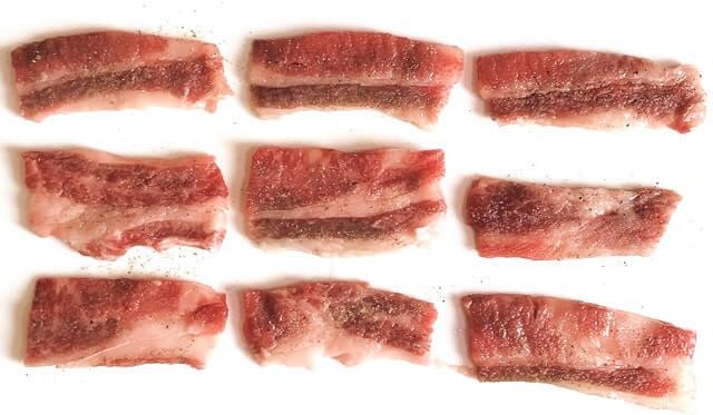 中島商店の『山形牛バラ肉1kg(焼肉用)』をまな板に並べる