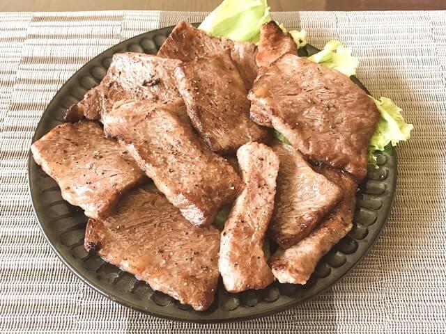 『飛騨牛カルビ焼肉用1kg』を盛り付け