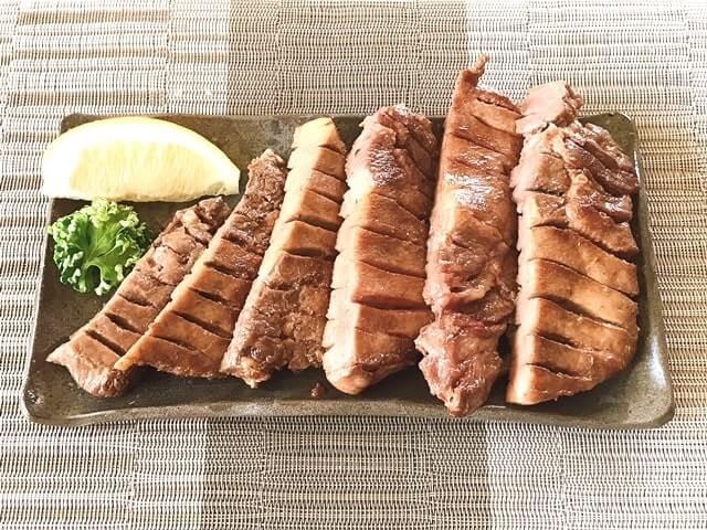 『プレミアム牛たんステーキ500g(塩味)』を盛り付け