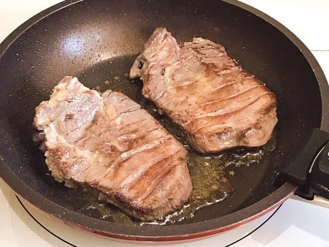 『プレミアム牛たんステーキ500g(塩味)』を調理