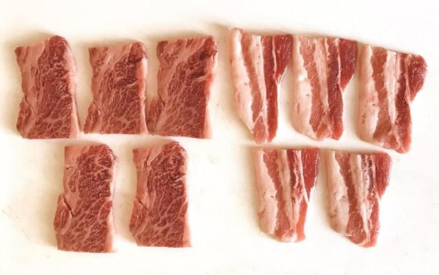 『和牛入り焼肉3種盛(1kg)』の黒毛和牛カルビとけんこう豚カルビ