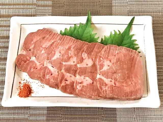 『丸ごと一本塩麹熟成牛タンブロック600g』を盛り付け
