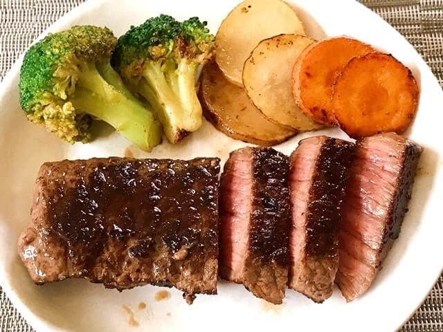 神戸牛熟成ステーキを盛り付け