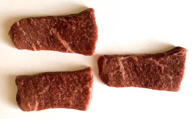 『神戸牛熟成ステーキ3枚』をまな板に並べる