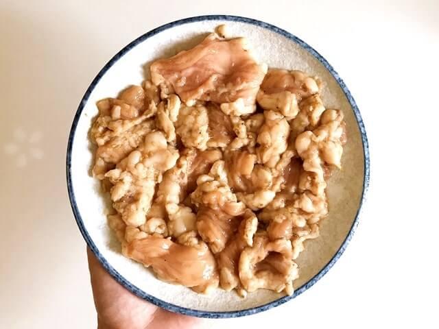 『国産牛特撰ホルモン焼き240g』をお皿に盛る