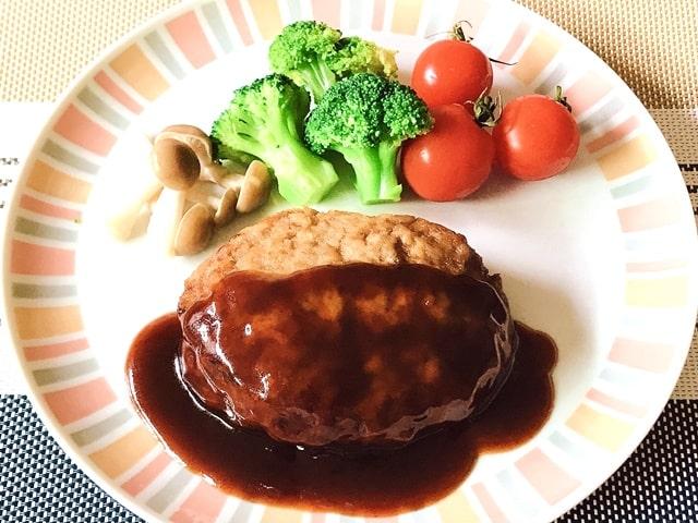 『松阪牛かわよし特選ハンバーグ5個(デミグラスソース)』を盛り付け