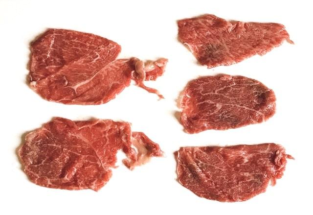 『近江牛プレミアム切り落としミックス1kg』をまな板に並べる